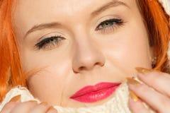 Mujer roja del pelo de la cara de la belleza en la ropa caliente al aire libre Imagen de archivo libre de regalías