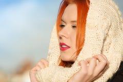 Mujer roja del pelo de la cara de la belleza en la ropa caliente al aire libre Imágenes de archivo libres de regalías