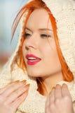 Mujer roja del pelo de la cara de la belleza en la ropa caliente al aire libre Fotos de archivo libres de regalías