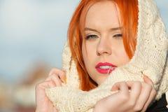 Mujer roja del pelo de la cara de la belleza en la ropa caliente al aire libre Foto de archivo