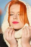 Mujer roja del pelo de la cara de la belleza en la ropa caliente al aire libre Imagen de archivo