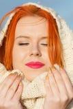Mujer roja del pelo de la cara de la belleza en la ropa caliente al aire libre Foto de archivo libre de regalías