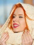 Mujer roja del pelo de la cara de la belleza en la ropa caliente al aire libre Fotografía de archivo libre de regalías