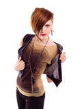 Mujer roja del pelo del estilo que presenta en estudio Imagenes de archivo