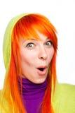 Mujer roja divertida sorprendida del pelo con la boca abierta Imagen de archivo