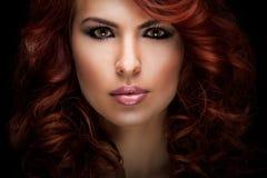 Mujer roja hermosa del pelo Fotos de archivo libres de regalías