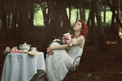 Mujer roja hermosa del pelo en un bosque Imagenes de archivo