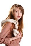 Mujer roja sensual aislada con las pecas y la serpiente del blanco del albino Imágenes de archivo libres de regalías