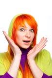 Mujer roja sorprendida del pelo con las manos y la boca abiertas Imagenes de archivo