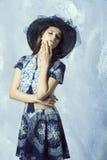 Mujer romántica con el sombrero precioso Fotografía de archivo