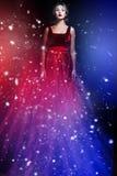 Mujer romántica de la belleza en alineada roja elegante Foto de archivo libre de regalías
