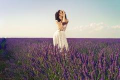 Mujer romántica en campos de hadas de la lavanda imagen de archivo