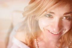 Mujer romántica hermosa en cama de la mañana Foto de archivo libre de regalías
