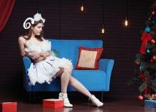 Mujer romántica joven en vestido de lujo del cordero de la Navidad Fotos de archivo libres de regalías