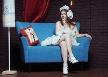 Mujer romántica joven en vestido de lujo del cordero de la Navidad Fotos de archivo