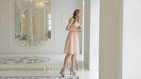 Mujer romántica joven en vestido nupcial elegante con el ramo de flores almacen de metraje de vídeo