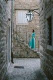 Mujer romántica que lleva el vestido elegante de la moda que sueña en el viejo Imagen de archivo