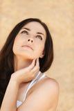 Mujer romántica que mira para arriba Imagen de archivo libre de regalías