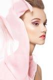 Mujer romántica con la bufanda de seda delicada y el maquillaje Imagen de archivo