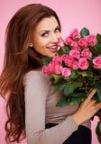 Mujer romántica de risa con las rosas Imagenes de archivo