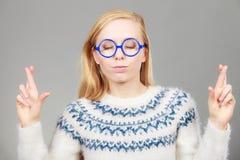 Mujer rubia adolescente que hace gesto de la promesa Imagen de archivo libre de regalías
