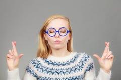 Mujer rubia adolescente que hace gesto de la promesa Foto de archivo