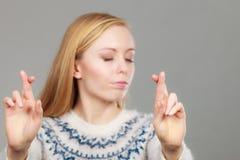 Mujer rubia adolescente que hace gesto de la promesa Imágenes de archivo libres de regalías