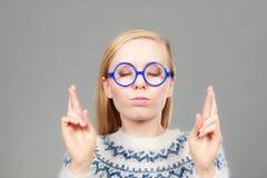 Mujer rubia adolescente que hace gesto de la promesa Imagen de archivo