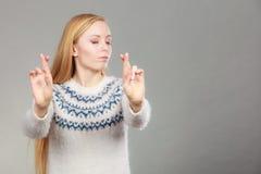 Mujer rubia adolescente que hace gesto de la promesa Fotos de archivo libres de regalías