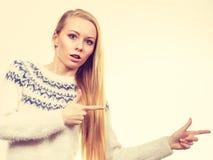 Mujer rubia adolescente que señala en el copyspace Imagenes de archivo
