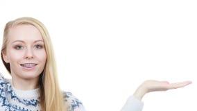 Mujer rubia adolescente que señala en el copyspace Imagen de archivo libre de regalías