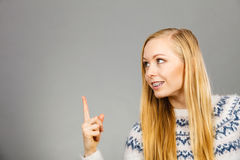 Mujer rubia adolescente que señala en el copyspace Fotografía de archivo