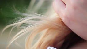 Mujer rubia al aire libre en el día ventoso con el pelo que agita metrajes