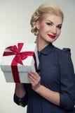 Mujer rubia alegre en alineada gris con el rectángulo Fotografía de archivo