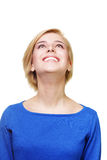 Mujer rubia alegre joven que mira para arriba Fotografía de archivo