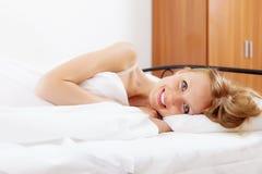 Mujer rubia alegre que se despierta en casa Fotos de archivo