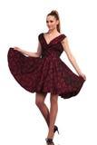 Mujer rubia alta que juega con el vestido elegante Foto de archivo