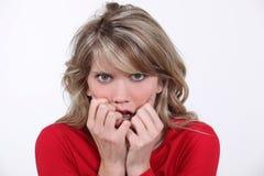 Mujer rubia asustada Imagen de archivo