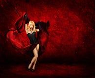 Mujer rubia atractiva con la seda roja Fotografía de archivo libre de regalías