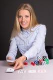 Mujer rubia atractiva con los naipes y las fichas de póker Foto de archivo libre de regalías