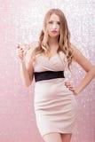 Mujer rubia atractiva con un vidrio de champán en el partido Fotografía de archivo