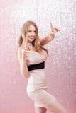 Mujer rubia atractiva con un vidrio de champán en el partido Imagen de archivo libre de regalías