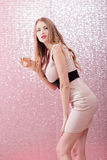 Mujer rubia atractiva con un vidrio de champán en el partido Fotos de archivo