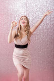 Mujer rubia atractiva con un vidrio de champán en el partido Imagenes de archivo