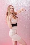 Mujer rubia atractiva con un vidrio de champán en el partido Foto de archivo