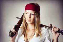 Mujer rubia atractiva en estilo del pirat Fotografía de archivo libre de regalías