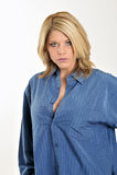Mujer rubia atractiva en la camisa de los hombres azules Foto de archivo libre de regalías