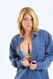 Mujer rubia atractiva en la camisa de los hombres azules Foto de archivo