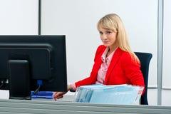 Mujer rubia atractiva en la sonrisa de la oficina Fotos de archivo libres de regalías