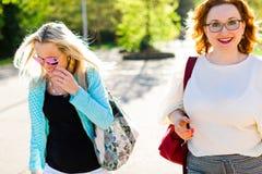 Mujer rubia atractiva en vidrios de sol que camina el centro de la ciudad y el eatin imagenes de archivo